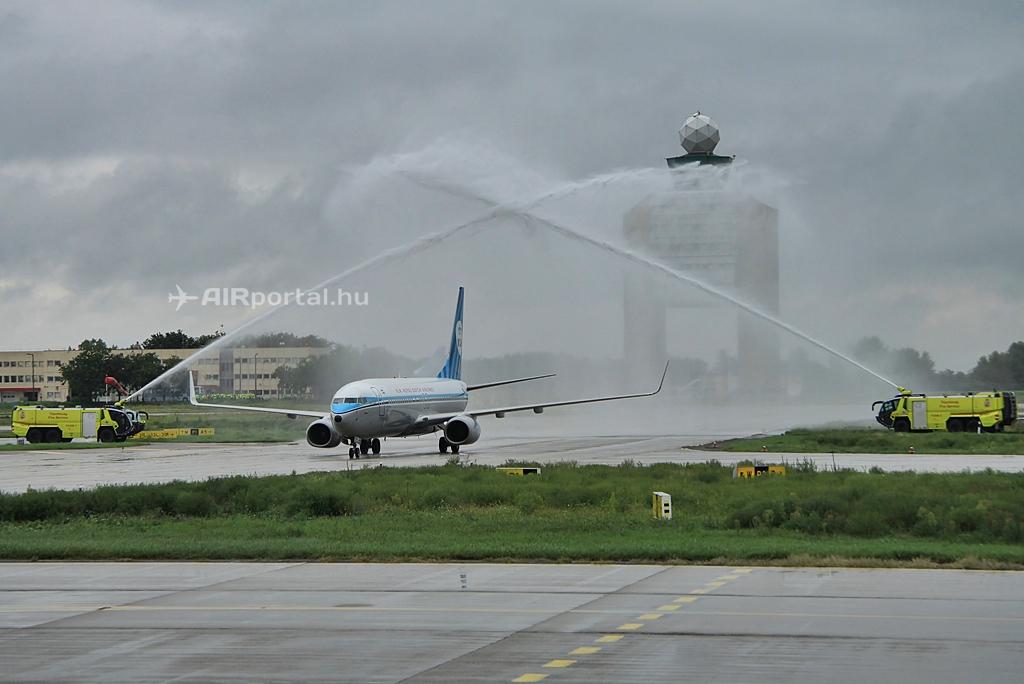 A KLM retro festésű Boeing 737-800-as gépének ünnepi köszöntése szeptember 12-én. (Fotó: Csemniczky Kristóf - AIRportal.hu) | © AIRportal.hu