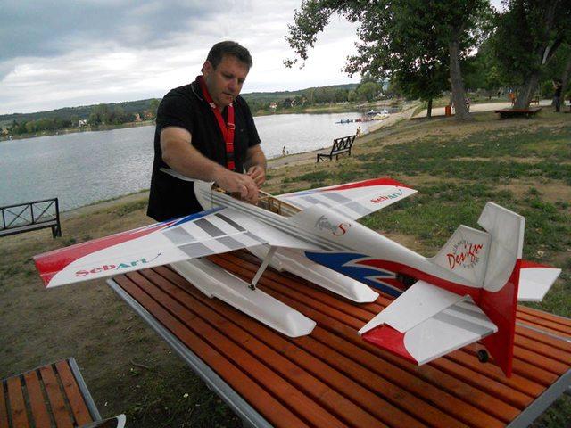 150 centis fesztávú Sebart Katana is ott lesz, Sallay Csaba pilóta pedig nem előszőr repül majd hidroplánnal az Öreg tavon. (Forrás: Az esemény Facebook oldala) | © AIRportal.hu