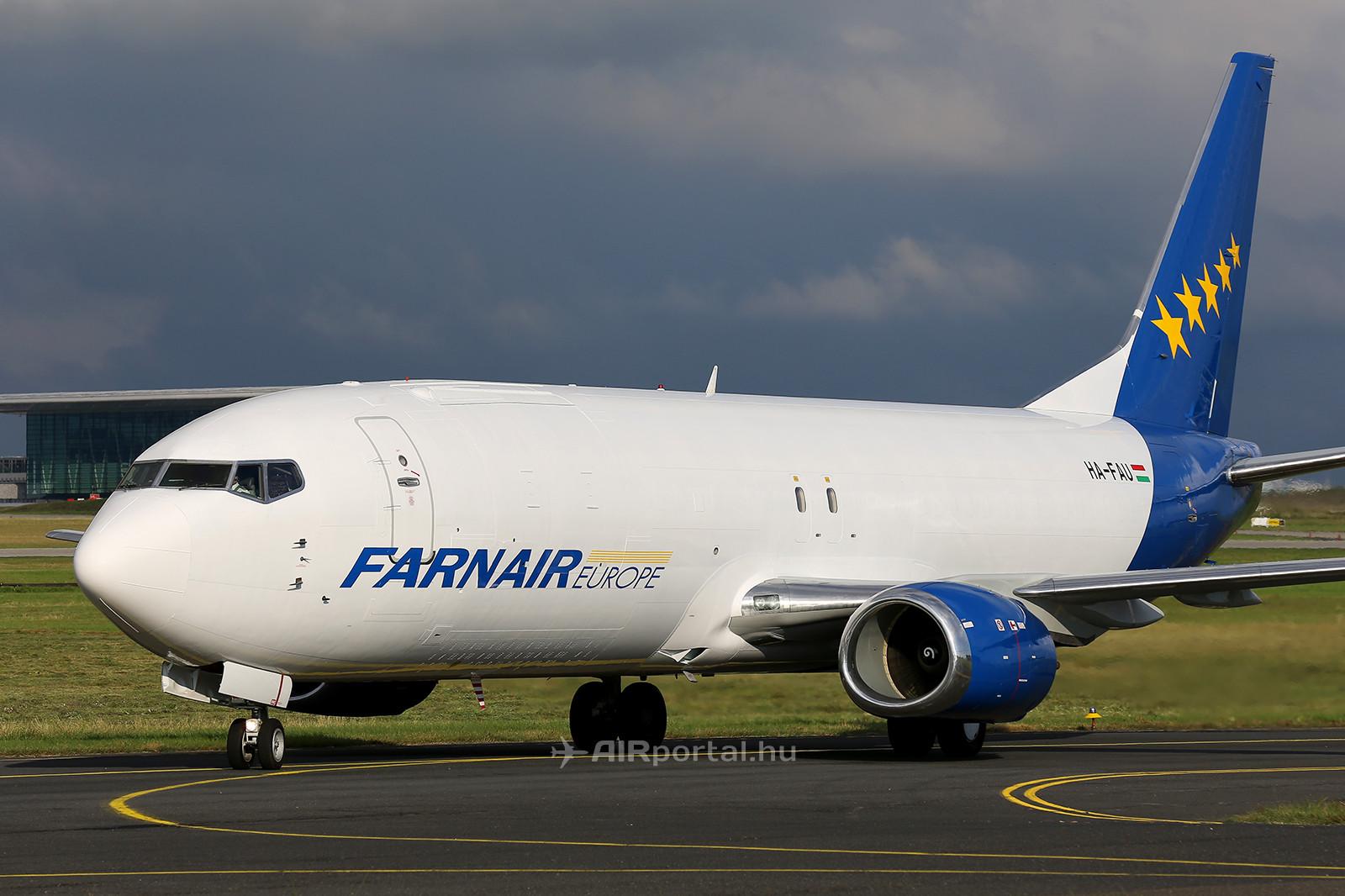 A HA-FAU lajstromjelű Boeing 737-400-as a leszállást követően az Aeroplex hangárjához gurult. (Fotó: Samu Ádám - AIRportal.hu)   © AIRportal.hu