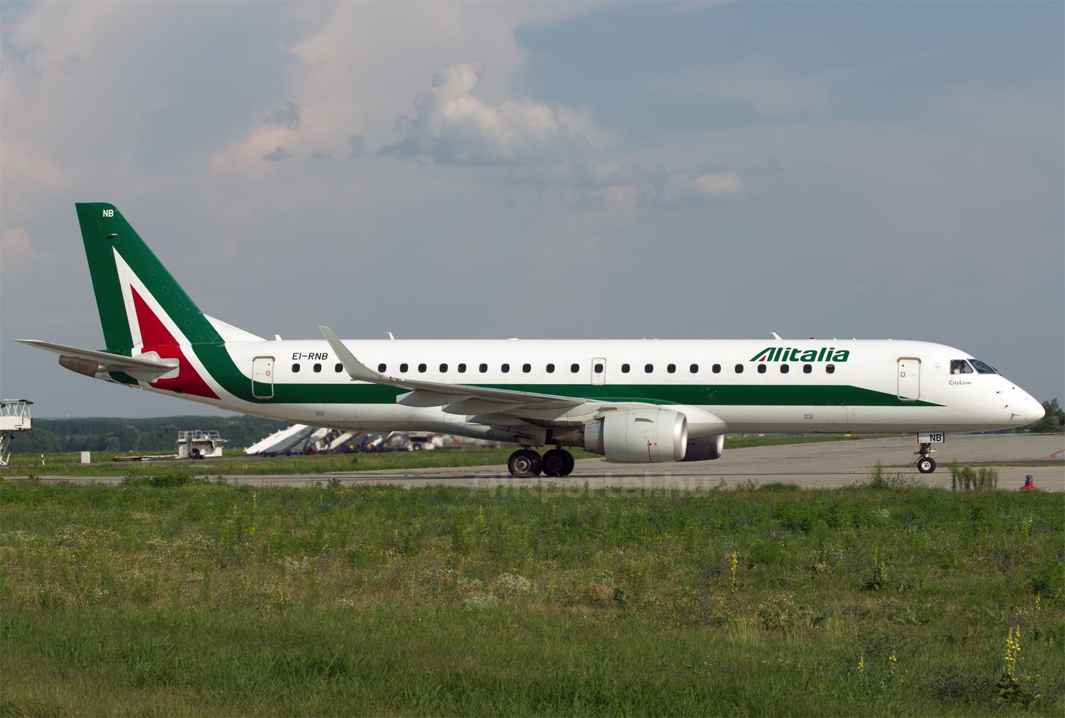 Az Alitalia Embraer E-190-es típusú repülőgépe a Liszt Ferenc repülőtéren. Egyszer még zöld-fehér színekben is láthatunk Szuhoj Superjet példányokat? (Fotó: Szalmási Szabolcs - AIRportal.hu) | © AIRportal.hu