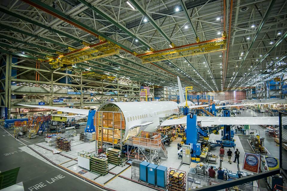 A Boeing által közreadott fotón a törzsközép látható, melyen már a kompozit szárnyak is a helyükön vannak. (Fotó: Boeing/American Airlines) | © AIRportal.hu