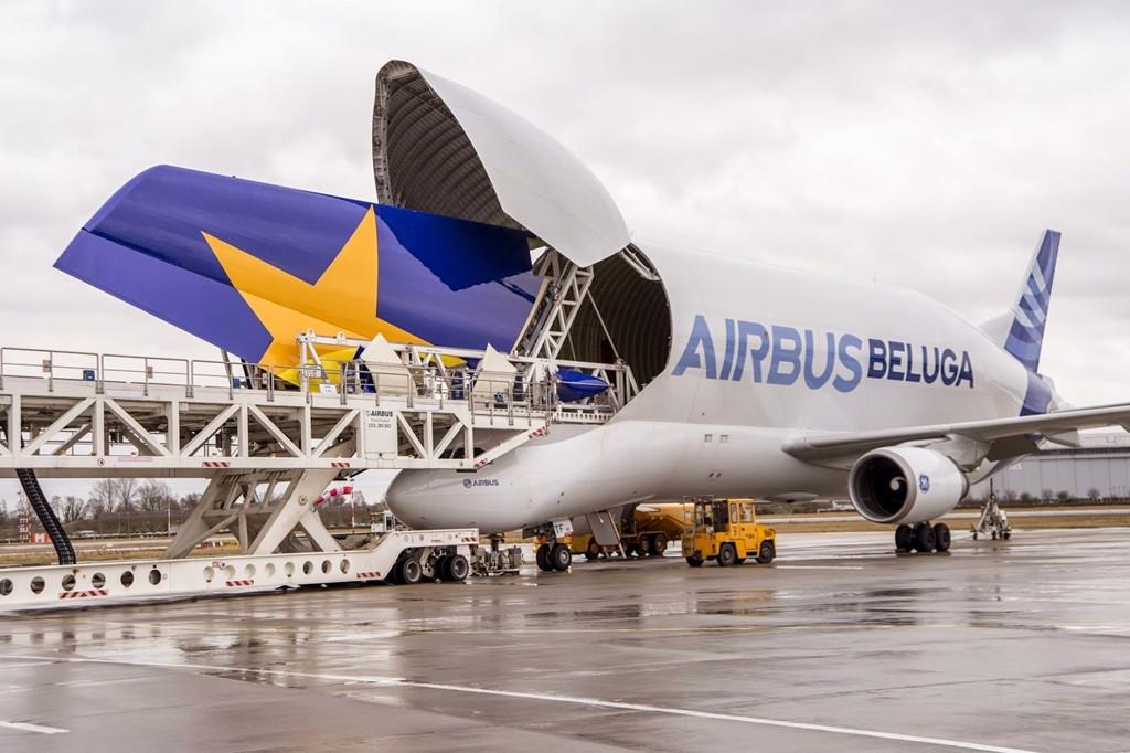 A Beluga, amint éppen egy A380-as vezérsíkot rakodnak ki rakteréből. (Fotó: Airbus)   © AIRportal.hu