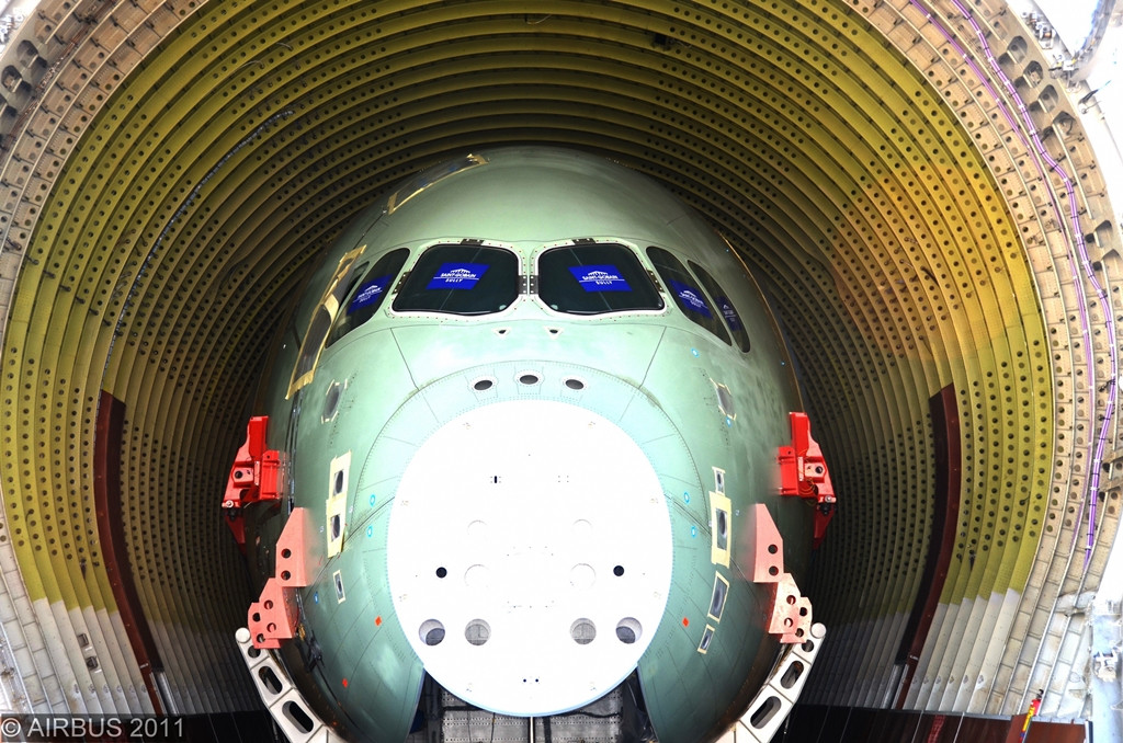 A Beluga raktere így nyeli el az extra-szélestörzsű A350XWB orr-szekcióját. (Fotó: Airbus)   © AIRportal.hu