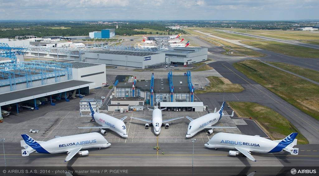 A teljes Beluga-flotta együtt, a születésnapi fotózás erejéig. (Fotó: Airbus)   © AIRportal.hu