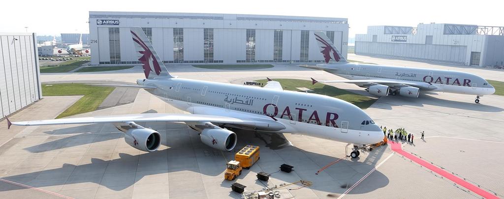 Egymás meleltt a két katari A380-as az Airbus hamburgi bázisán. (Fotó: Qatar Airways) | © AIRportal.hu