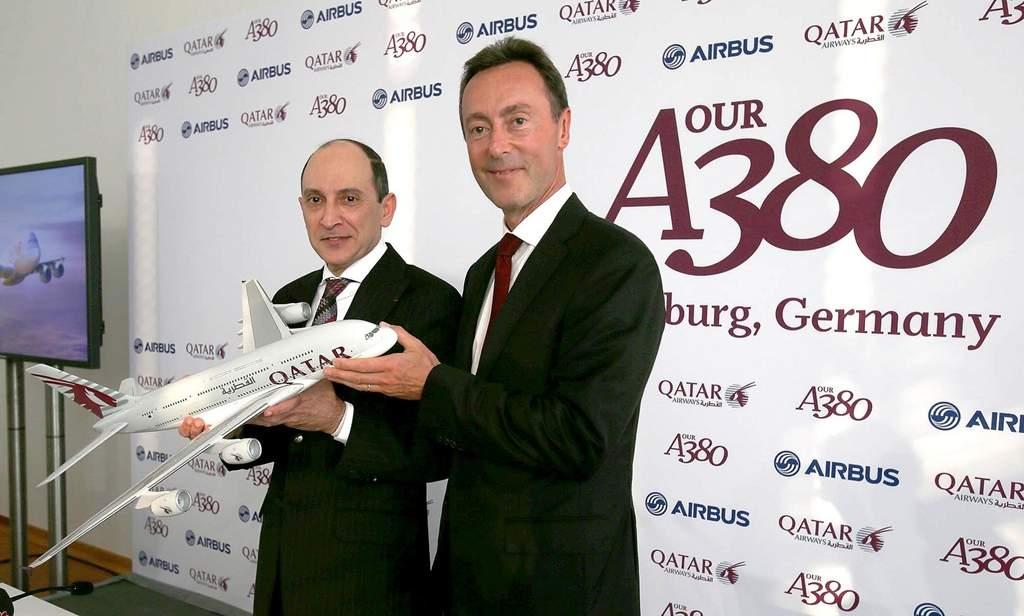 Akbar Al Baker és Fabrice Brégier a sajtótájékoztatón kezükben egy nagyméretű A380-800-as modellel. (Fotó: Qatar Airways) | © AIRportal.hu