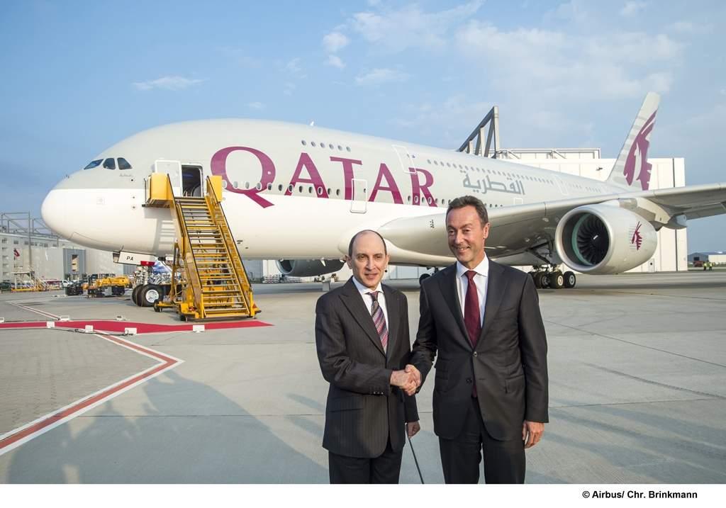Akbar Al Baker, a Qatar Airways és Fabrice Brégier, az Airbus elnök-vezérigazgatója a szeptember 16-i A380-as átadási ceremónián Hamburgban. (Fotó: Airbus) | © AIRportal.hu