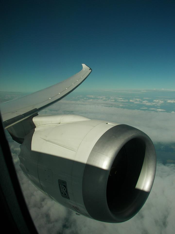 Kilátás a hajtóműre: a Dreamlinereknek mintegy 30%-kal nagyobbak a kabinablakai, mint más típusoknak. (Fotó: LOT Polish Airlines) | © AIRportal.hu