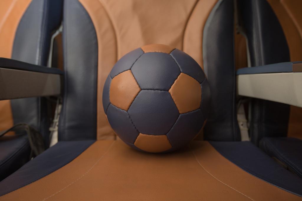Az üléshuzatokból készülő focilabdák a civil szervezet segítségével jutnak el a sportolni vágyó fiatalokhoz. (Fotó: Southwest Airlines) | © AIRportal.hu