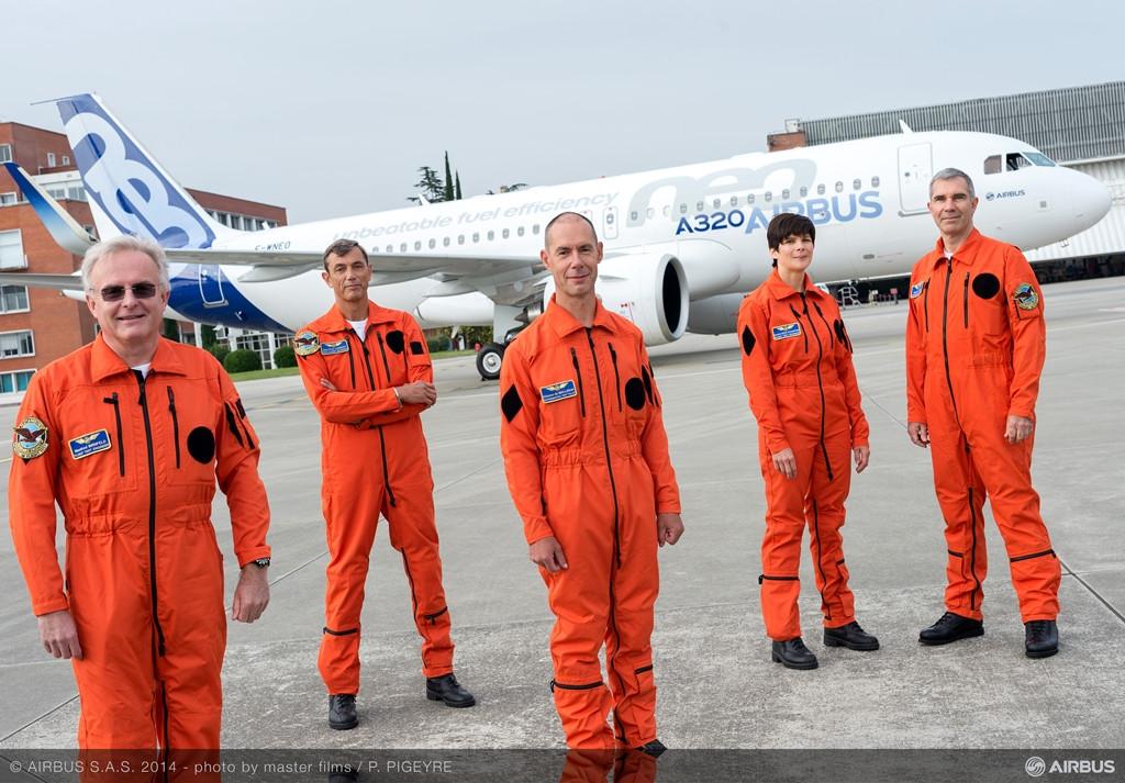A képen balról jobbra haladva: Manfred Bimfeld és Jean-Paul Lambert fedélzeti mérnökök, Miche De Malleray pilóta, Sandra Bour Schaeffer, fedélzeti mérnök és Philippe Pellerin, pilóta láthatók, háttérben az A320neo prototípusával. (Fotó: Airbus) | © AIRportal.hu