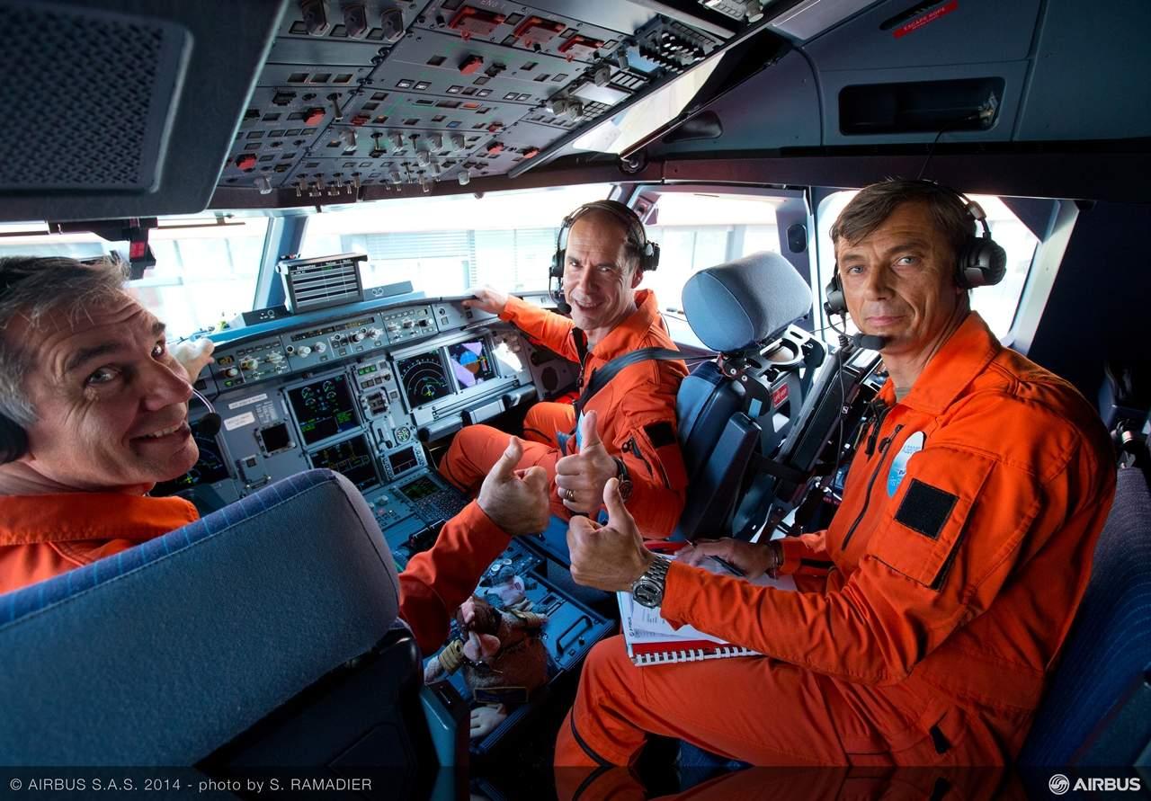 Két pilóta és egy fedélzeti mérnök a pilótafülkében, még a felszállás előtt. A másik két fedélzeti mérnök hátul, a számítógépes megfigyelő állomásoknál foglalt helyet a gépben. (Fotó: Airbus) | © AIRportal.hu