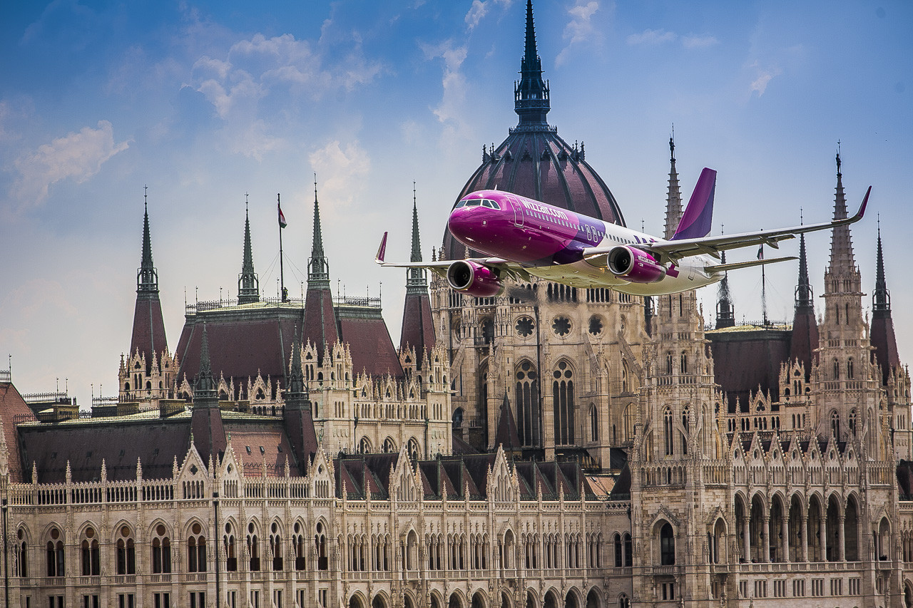 Wizz Air Airbus A320-as Budapesten, a Duna felett május 1-jén. (Fotó: Wizz Air) | © AIRportal.hu