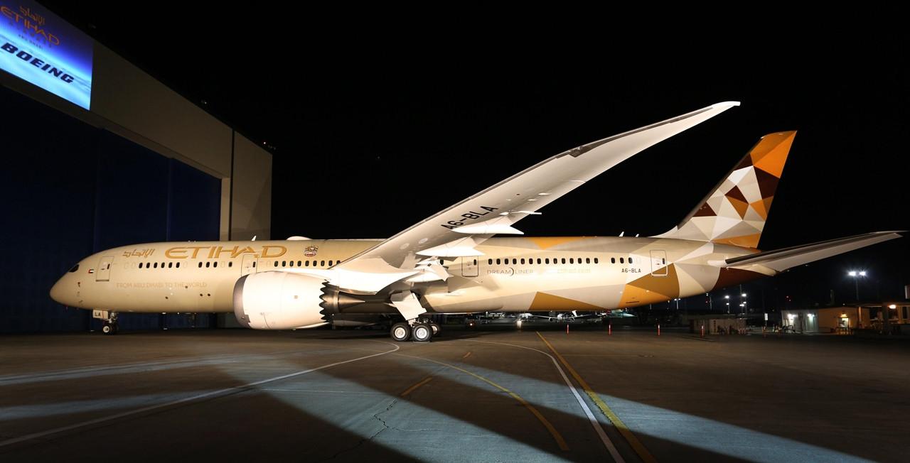Az ünnepélyes kigördülés esti fényekben. Reflektorok világítják meg az Etihad leendő első Dreamlinerét. (Fotó: Boeing Company)   © AIRportal.hu