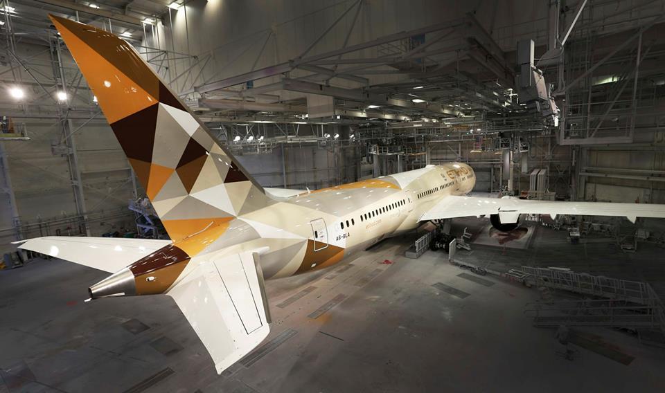 Fotó a festőhangárban álló Dreamlinerről. (Fotó: Boeing Company)   © AIRportal.hu