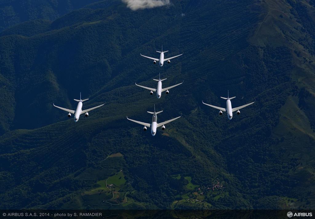 A350-900XWB formáció a levegőben. Az Airbus ezen típusának hatótáv teljesítménye: 14350km. (Fotó: Airbus) | © AIRportal.hu