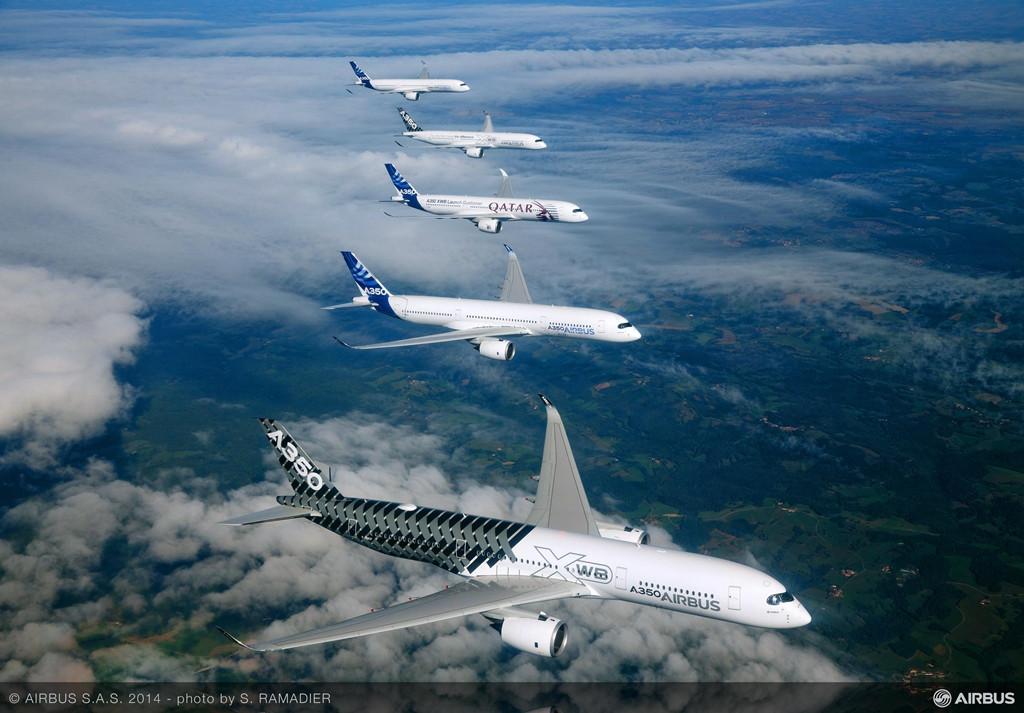 A350XWB kötelékrepülés, előtérben a karbon mintázat festésű MSN2. (Fotó: Airbus) | © AIRportal.hu