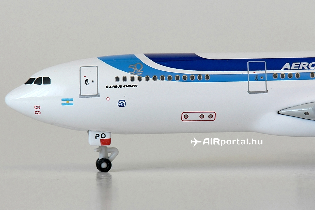 A modell az LV-ZPO lajstromú A340-200-asnak állít emléket. Azzal az első festésmintával, amellyel a gép 1999 júniusában az argentin légitársasághoz érkezett. Törzsének bal oldalán, az ablaksor feletti 50 éves matricával, amely az Aerolíneas Argentinas alapításának évfordulójára került fel akkoriban a gépekre. | © AIRportal.hu