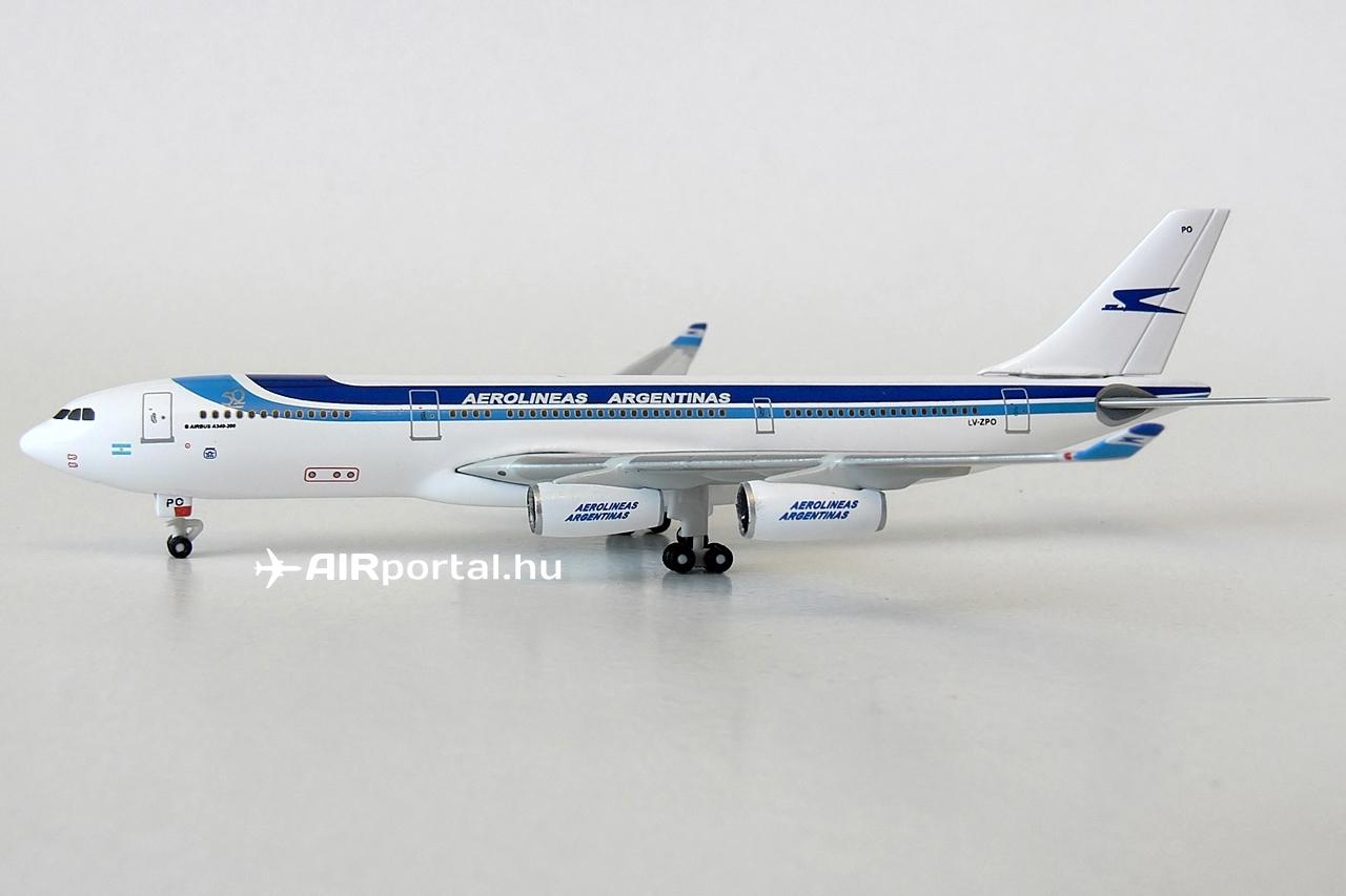 Az 1:500 méretarányú fém modellek legfőképp az európai gyűjtők körében népszerűek. Az A340-200-as ebben a kivitelben 11.8 cm hosszú, szárnyfesztávja 12 cm, legmagasabb pontja pedig 3.35 centis. A repülőgépmodell saját futóin állítható ki, állványfoglalat nincs a törzsön. | © AIRportal.hu