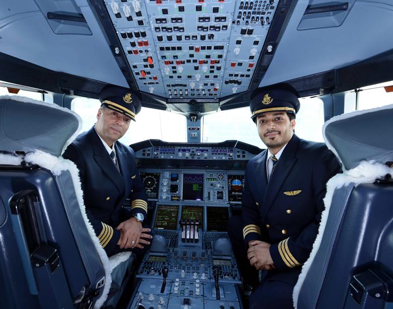 Az iráni kapitány és az emírségekbeli első tiszt az A380-as pilótafülkéjében. (Fotó: Emirates)   © AIRportal.hu