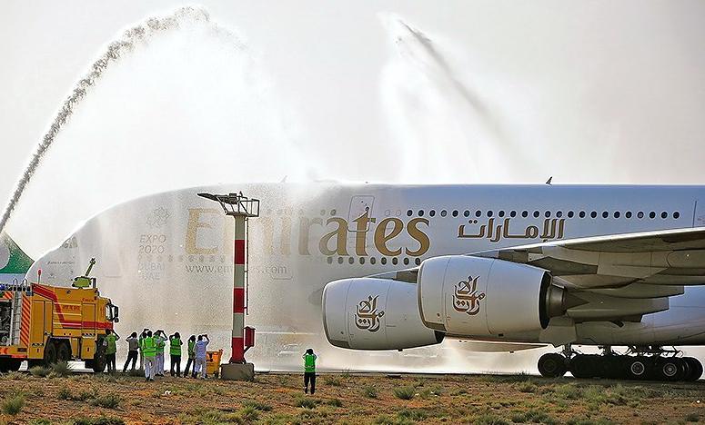 Természetesen a vízsugaras köszöntés sem maradt el. (Fotó: Emirates)   © AIRportal.hu