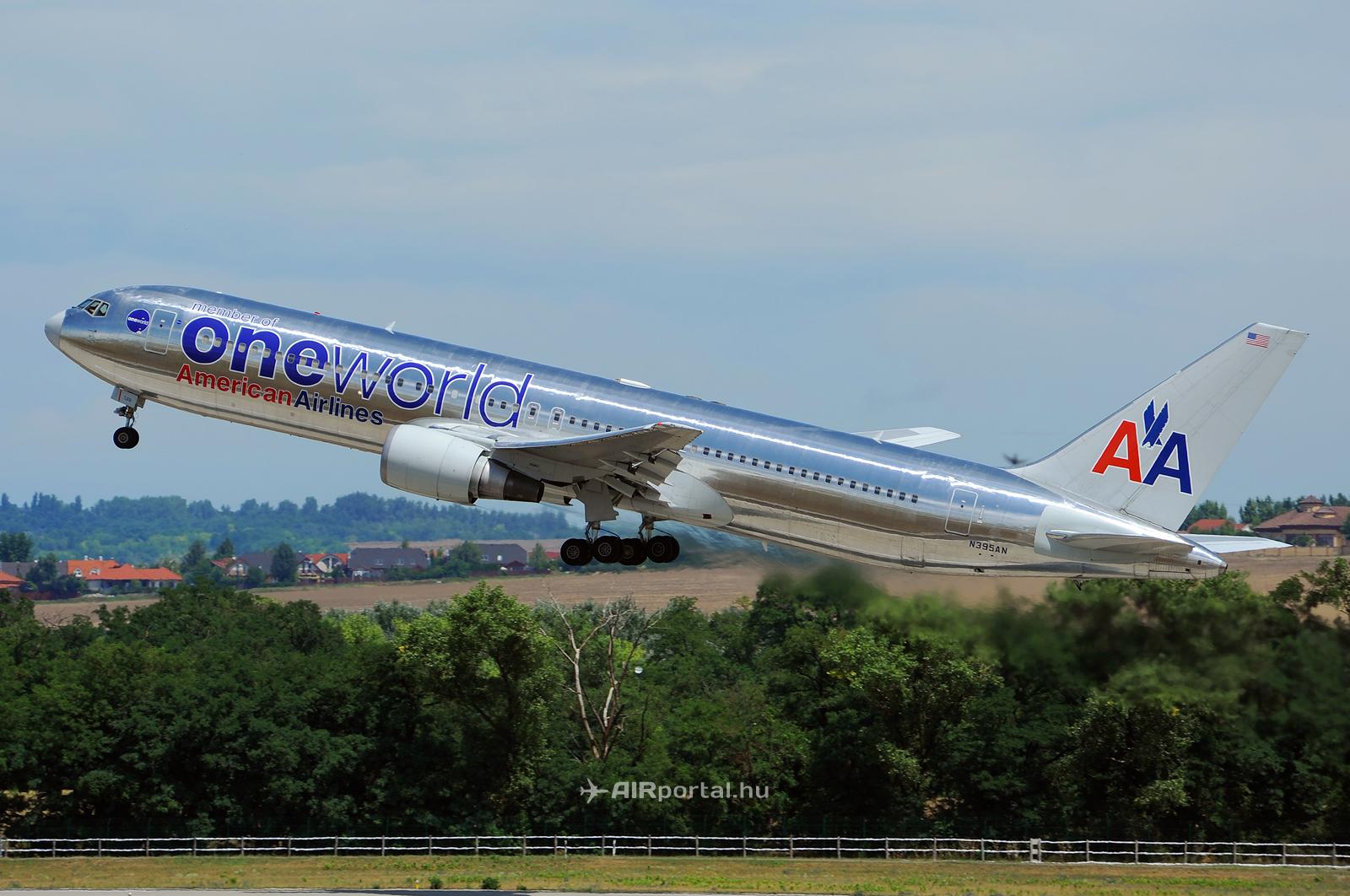 Az American Airlines Boeing 767-300-as repülőgépe távozik New York felé a Liszt Ferenc repülőtérről még 2011-ben. (Fotó: Kovács Gábor - AIRportal.hu) | © AIRportal.hu