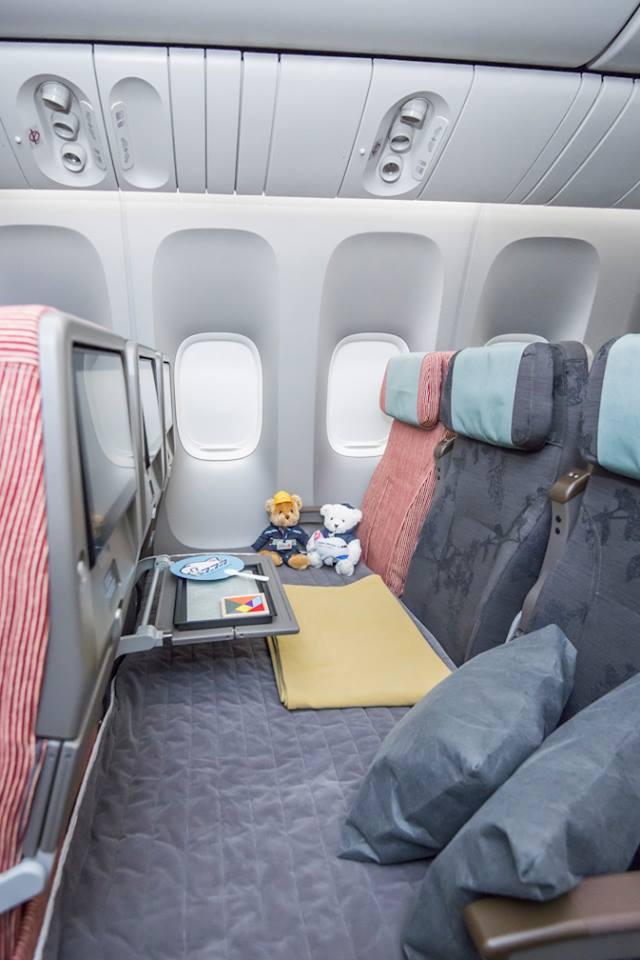 """A """"Family Couch"""" kialakítás a turista osztályon. (Fotó: China Airlines)   © AIRportal.hu"""