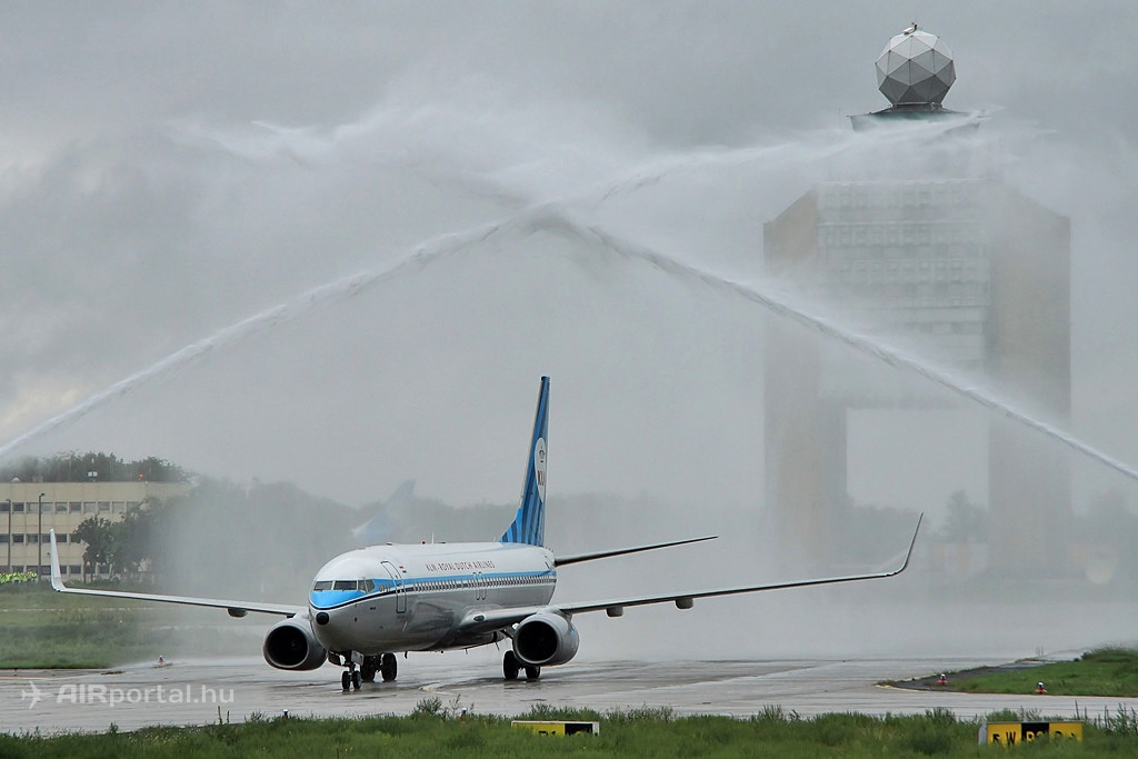 A KLM idén ünnepli budapesti járatnyitásának évfordulóját is. A retro festésű Boeing 737-800-asának ez alkalomból történő vízsugaras köszöntése a Liszt Ferenc repülőtéren 2014. szeptember 12-én. (Fotó: Csemniczky Kristóf - AIRportal.hu) | © AIRportal.hu