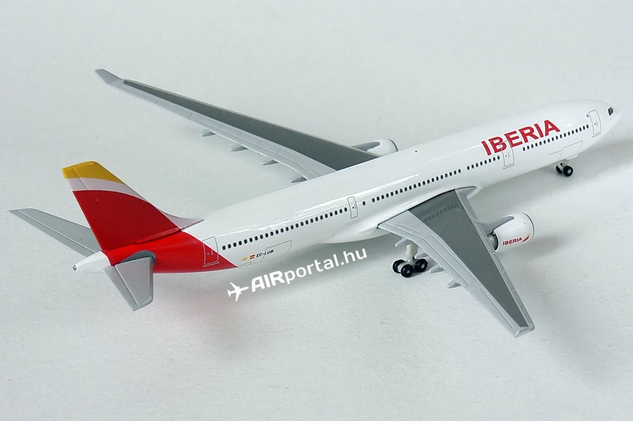 Az Iberia átfogó fejlesztést kívánt végrehajtani, ezért az A330-asokon új kabintermékeket is bevezettek, megújult a business és az economy osztály egyaránt. Az A330-300-as Airbusok kétosztályos elrendezésben összesen 278 utast vehetnek fedélzetükre, 36-an az üzleti és 242-en a turista zónában foglalhatnak helyet egy-egy gépen.   © AIRportal.hu
