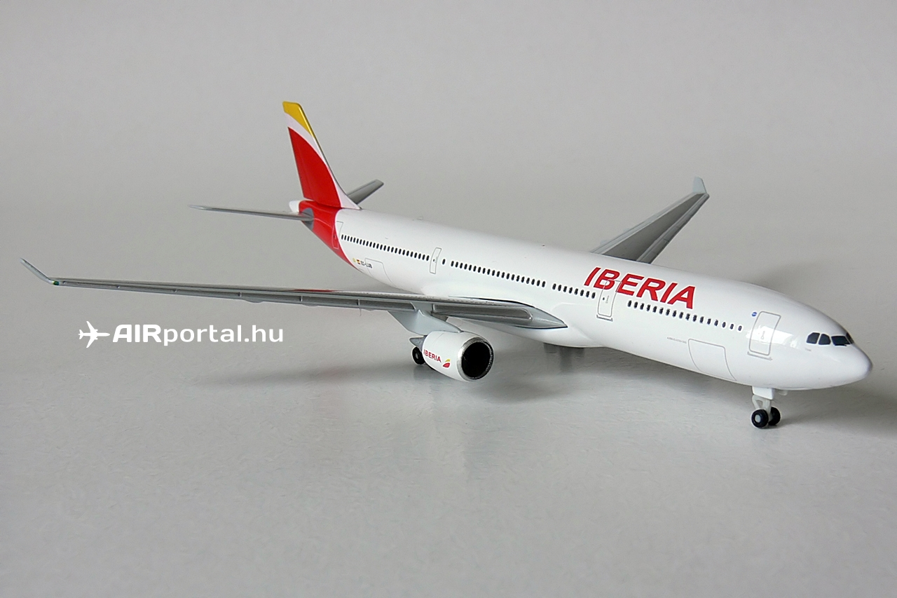 Az 1:500 méretarányú Airbus A330-300-as 12.74 centiméteres törzshosszal, 12.06 centiméteres szárnyfesztávval és 3.37 centis legnagyobb magassággal rendelkezik. A modell törzsén állványfoglalat nincs. Saját futóművein állítható ki.   © AIRportal.hu