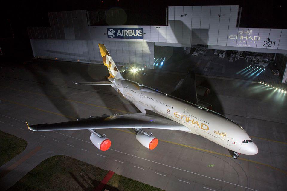 Az A380-as debütálása a hamburgi festőhangár előtt. (Fotó: Airbus) | © AIRportal.hu