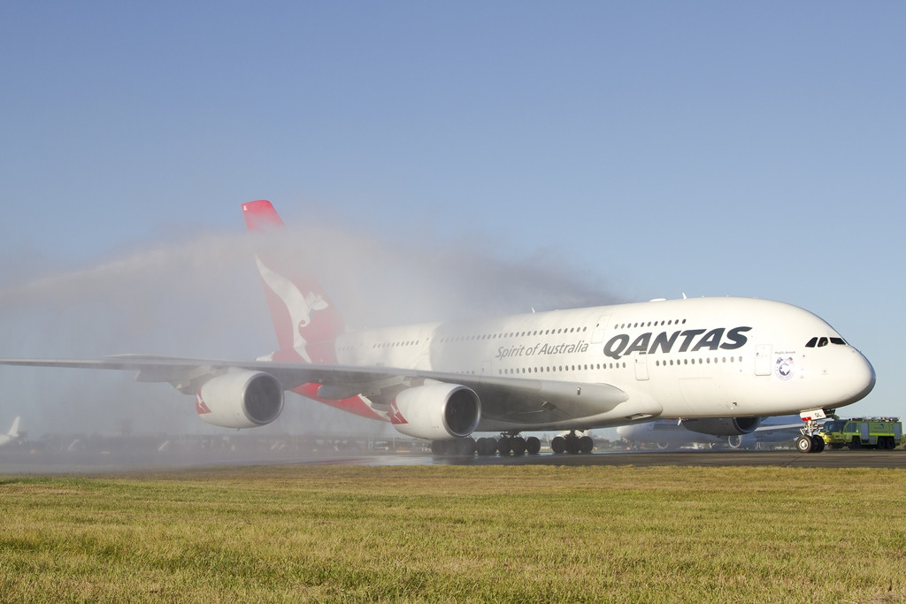 Vízsugaras köszöntés Sydneyben, az első Dallasból visszaérkező A380-asnak. (Fotó: Qantas) | © AIRportal.hu
