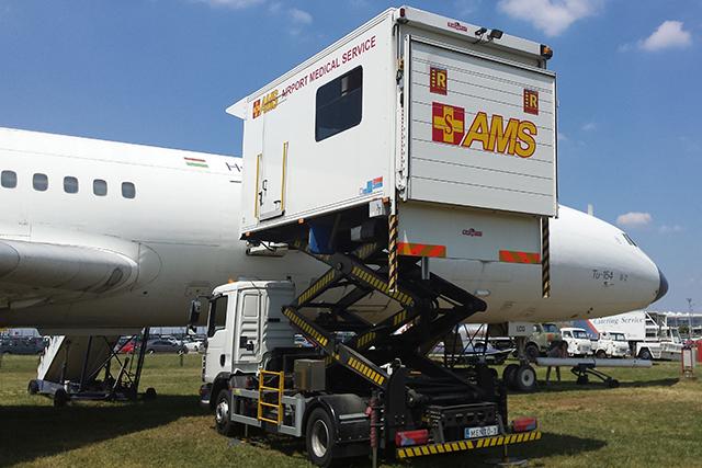 A mozgáskorlátozott utasokat speciális járművekkel, úgynevezett ambuliftekkel juttatják el a repülőgépek fedélzetére. (Fotó: AIRportal.hu) | © AIRportal.hu