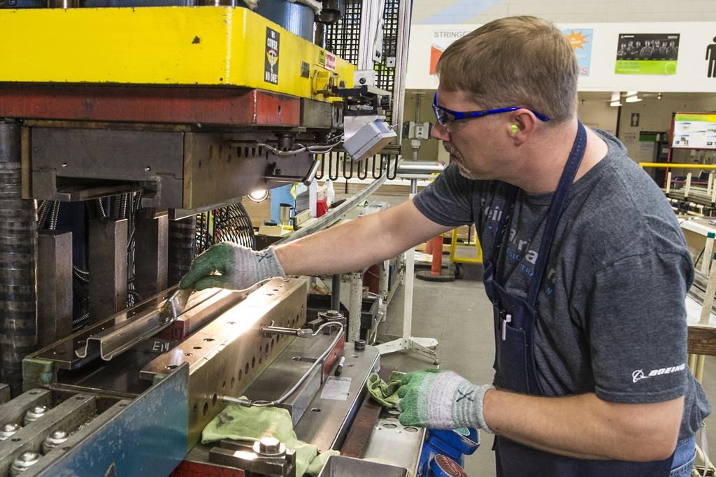 Készülnek a hosszmerevítők. (Fotó: Boeing Company) | © AIRportal.hu