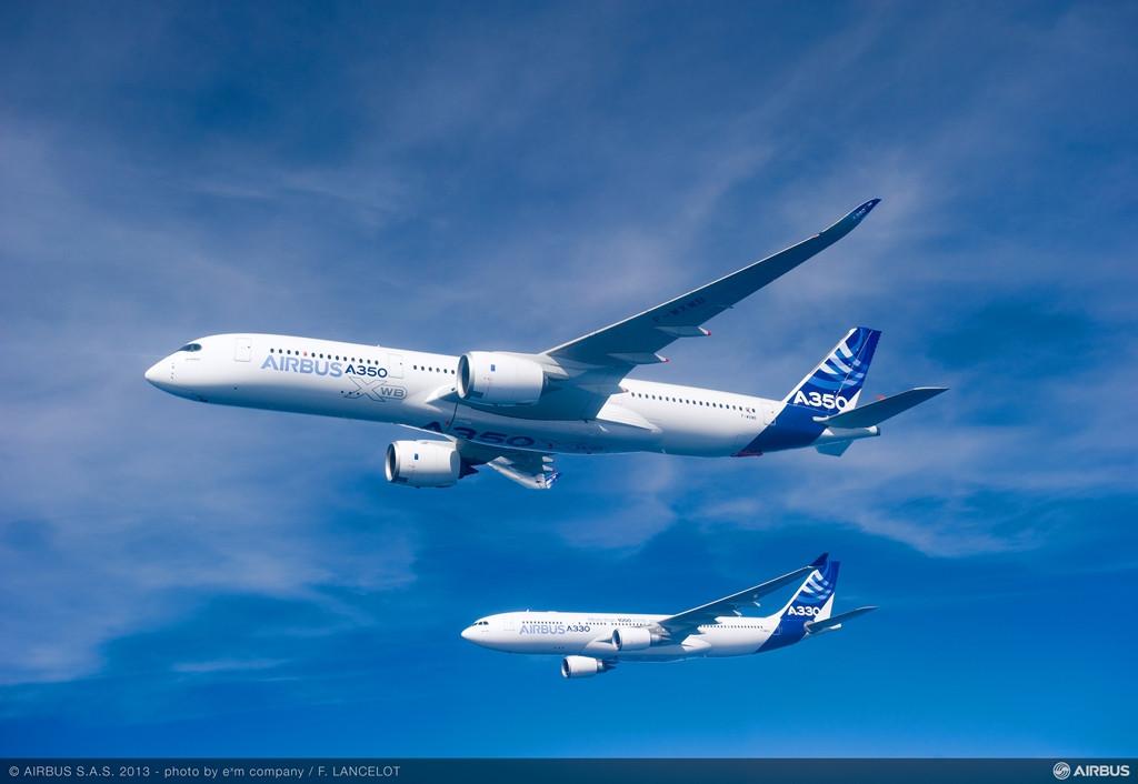 Az A350-900XWB és egy A330-200-as együtt, repülés közben. (Fotó: Airbus) | © AIRportal.hu