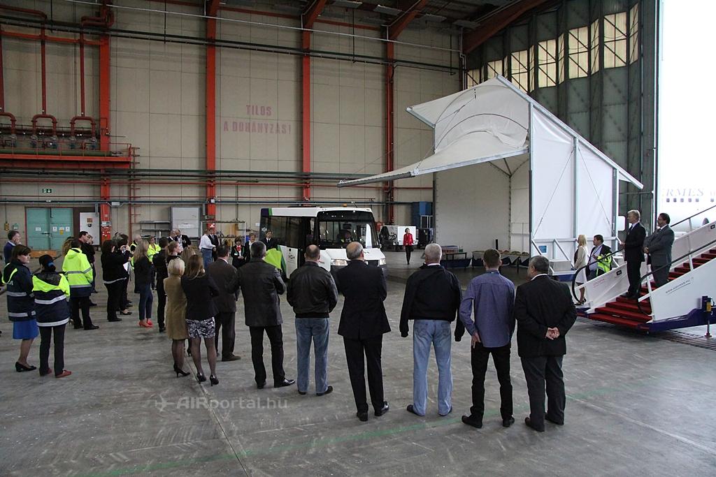 A rendezvényre az ACE hangárjában került sor. A képen látható sátor az ACE új mobil hajtómű javítója. (Fotó: Csemniczky Kristóf - AIRportal.hu)   © AIRportal.hu