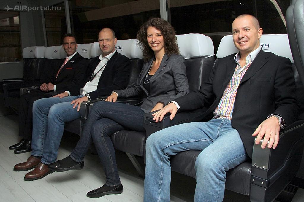 Az új VIP kisbuszt Jost Lammers, a Budapest Airport vezérigazgatója is megtekintette. Balra mellette Kolossa András, az MGH arculatért felelős menedzsere. (Fotó: Csemniczky Kristóf - AIRportal.hu)   © AIRportal.hu