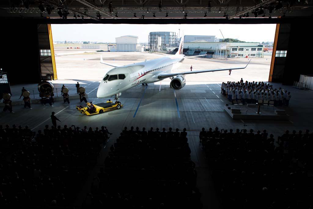 Az első Mitsubishi Regional Jet prototípus bemutatása Nagojában. (Forrás: MRJ) | © AIRportal.hu