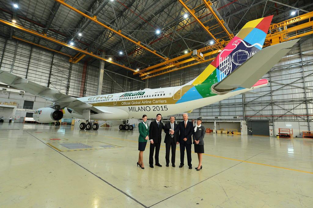 A légitársaságok képviselői, valamint a Világkiállítás rendezői az új A330-as előtt. (Fotó: Etihad Airways) | © AIRportal.hu