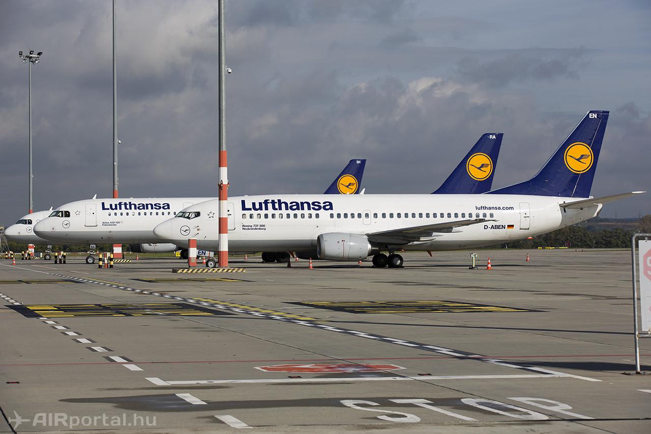 A sztrájkban érintett Lufthansa-gépek kedden délután Budapesten. A sztrájk idejére a Lufthansa csoporthoz tartozó Austrian Airlines a szokásos Q400-as vagy Fokker 70-es gép helyett nagyobb befogadó képessőgű Airbus A320-assal érkezett Budapestre. (Fotó: AIRportal.hu)   © AIRportal.hu