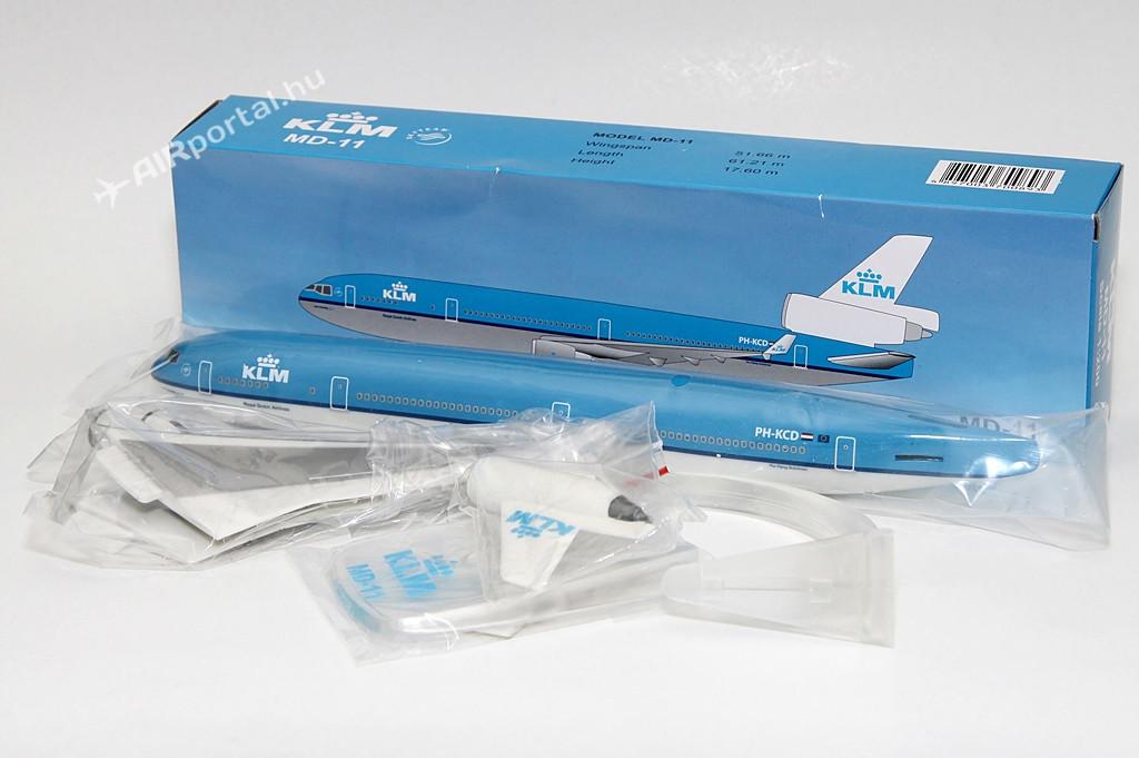 A PPC Holland 2008-ban készítette el a KLM Royal Dutch Airlines McDonnell Douglas MD-11-es típusának 1:200 méretarányú modelljét, amely azóta több kiadást is megélt. Különbözőséget csupán az éppen aktuális trendnek megfelelő állvány-formákban lehet találni. Jelen modellel a legújabb, áttetsző kivitellel mutatjuk be. A műanyagból készült modell a holland légitársaság PH-KCD lajstromú, Florence Nightingale, a modern nővérképzés úttörőjének nevére keresztelt gépét örökíti meg. Érdekesség, hogy a légitársaság mindegyik MD-11 gépét a történelem valamely híres női szereplőjéről nevezte el. | © AIRportal.hu