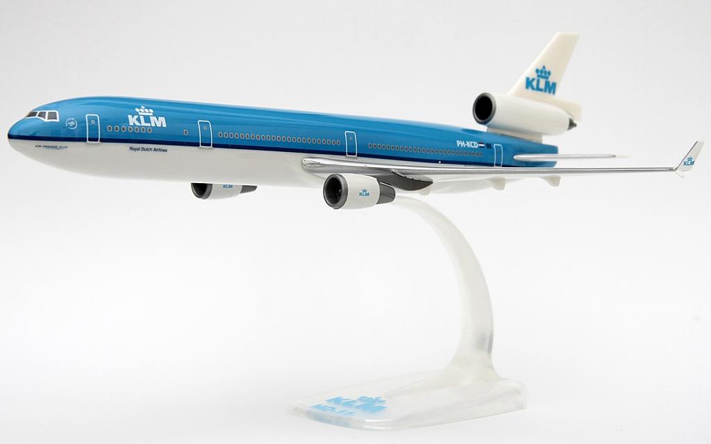 A modellt kibocsátó PPC Holland 1978 óta működik, és az egyik legjelentősebb légitársasági ajándék-, illetőleg emléktárgyakat gyártó vállalat, amely a legtöbb nagy repülőgépgyárral és légitársasággal is közvetlen kapcsolatban áll. Kínálatukban a gyerekeknek szánt repülős játékoktól a komolyabb, gyűjtőknek való snap-fit, vagy éppen maguknak a légitársaságoknak készülő prémium repülőgépmodellekig csaknem minden szerepel. | © AIRportal.hu