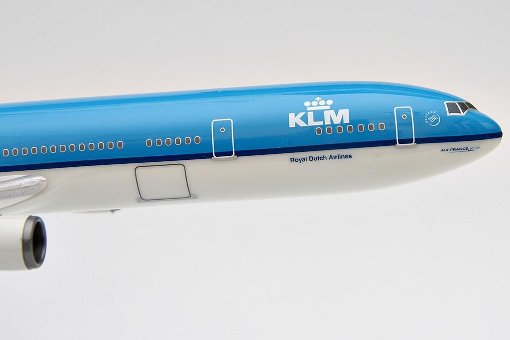 Az MD-11-es a McDonnell Douglas gyár 1971-ben bevezetett DC-10-esének korszerűsített, továbbfejlesztett utóda, amely gazdaságosabb üzemű hajtóművekkel, digitalizált pilótafülkével és nagyobb hatótáv teljesítménnyel szállt be a vevők kegyeiért folytatott piaci küzdelembe. A legújabb technikai megoldásoknak és a computerizált rendszereknek köszönhetően elődjével szemben az MD-11-es repülésére három helyett már két fős pilóta személyzet is elegendő volt. | © AIRportal.hu