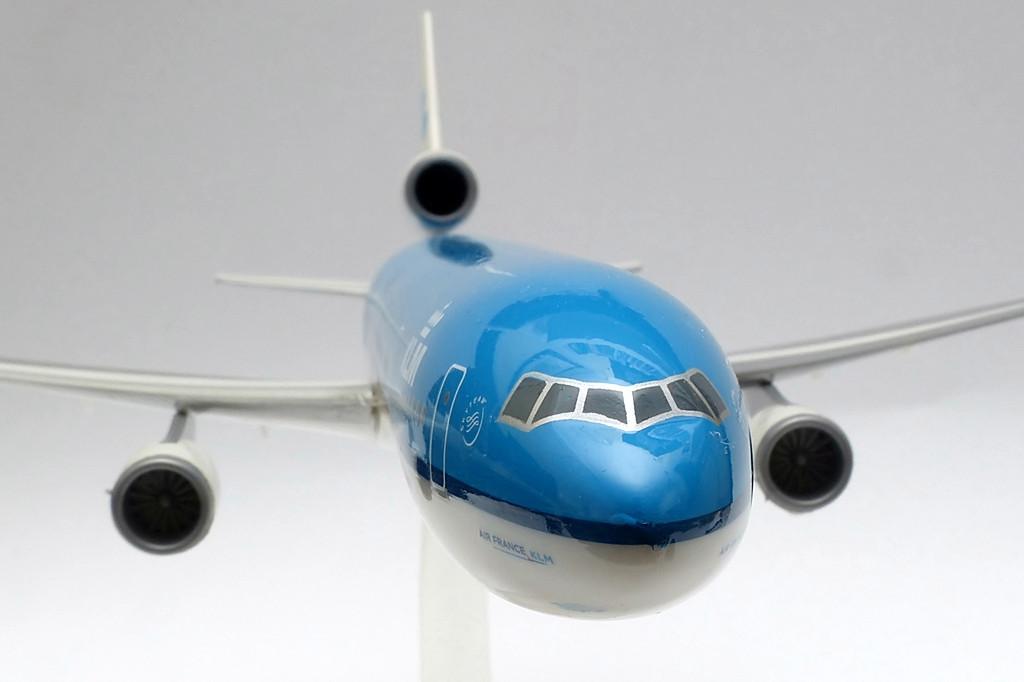 A KLM McDonnell Douglas MD-11-eseinek meghajtásáról három darab General Electric CF6-80C2 sugárhajtómű gondoskodik. A GE ugyanezt a hajtóművet kínálta többek közt a Boeing 747-400-as gépcsalád megrendelőinek is. A három-hajtóműves üzem azonban mára már gazdaságtalanná vált, a légitársaságok sorra cserélik le gépeiket az ezen a téren kedvezőbb mutatókkal büszkélkedő két-hajtóműves típusokra. A gyártó Long Beach-i (USA, Kalifornia) üzemében összesen 200 darab MD-11-es épült. | © AIRportal.hu