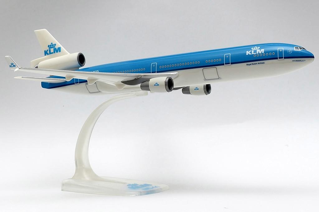 A típust a holland légitársaság három-osztályos fedélzeti elrendezésben üzemelteti, az aktuális konfiguráció szerint összesen 285 utasnak férőhelyet biztosítva, akik választhatnak, hogy a World Business, az Economy Comfort, vagy az Economy Class szolgáltatásait veszik igénybe. 2006-ban a KLM az összes MD-11-esének fedélzetét egy átfogó felújítási programnak vetette alá. Ennek eredményeképp új üléseket és burkolati elemeket telepítettek, valamint a szórakoztató rendszer is korszerűsödött. | © AIRportal.hu
