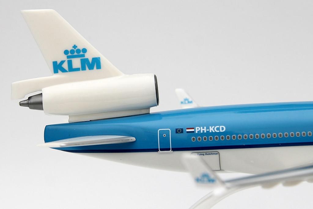 A típus első üzemeltetője, a Finnair 1990 decemberében vehette át gépét. A KLM csaknem három évvel később, 1993 novemberében kapta meg az első, PH-KCA lajstromú MD-11-est. A holland légitársaság 1972-1995 között üzemeltetője volt a DC-10-esnek, így az utód típus bevezetése ésszerű választás volt. 1997-re felállt a flotta, a McDonnell Douglas mind a tíz gépet leszállította a KLM számára. | © AIRportal.hu