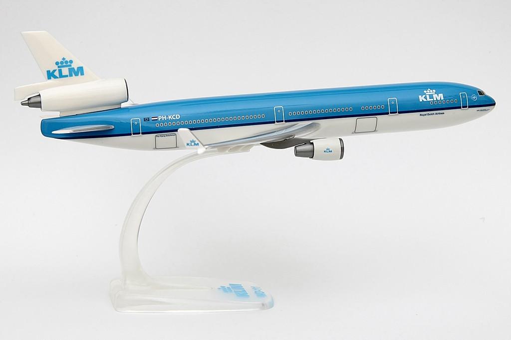 A snap-fit modellek, mint amilyen az itt látható MD-11-es is sajátossága, hogy a gép legfőbb alkotóelemeit, mint a szárnyakat és vezérsíkokat szükséges csak a kész törzshöz illeszteni a dobozba csomagolt állvánnyal együtt. Kedvező ár/érték arányuknál fogva igen népszerű termék. Az ilyen kivitelek ára kb. 15-20 euró között mozog. | © AIRportal.hu