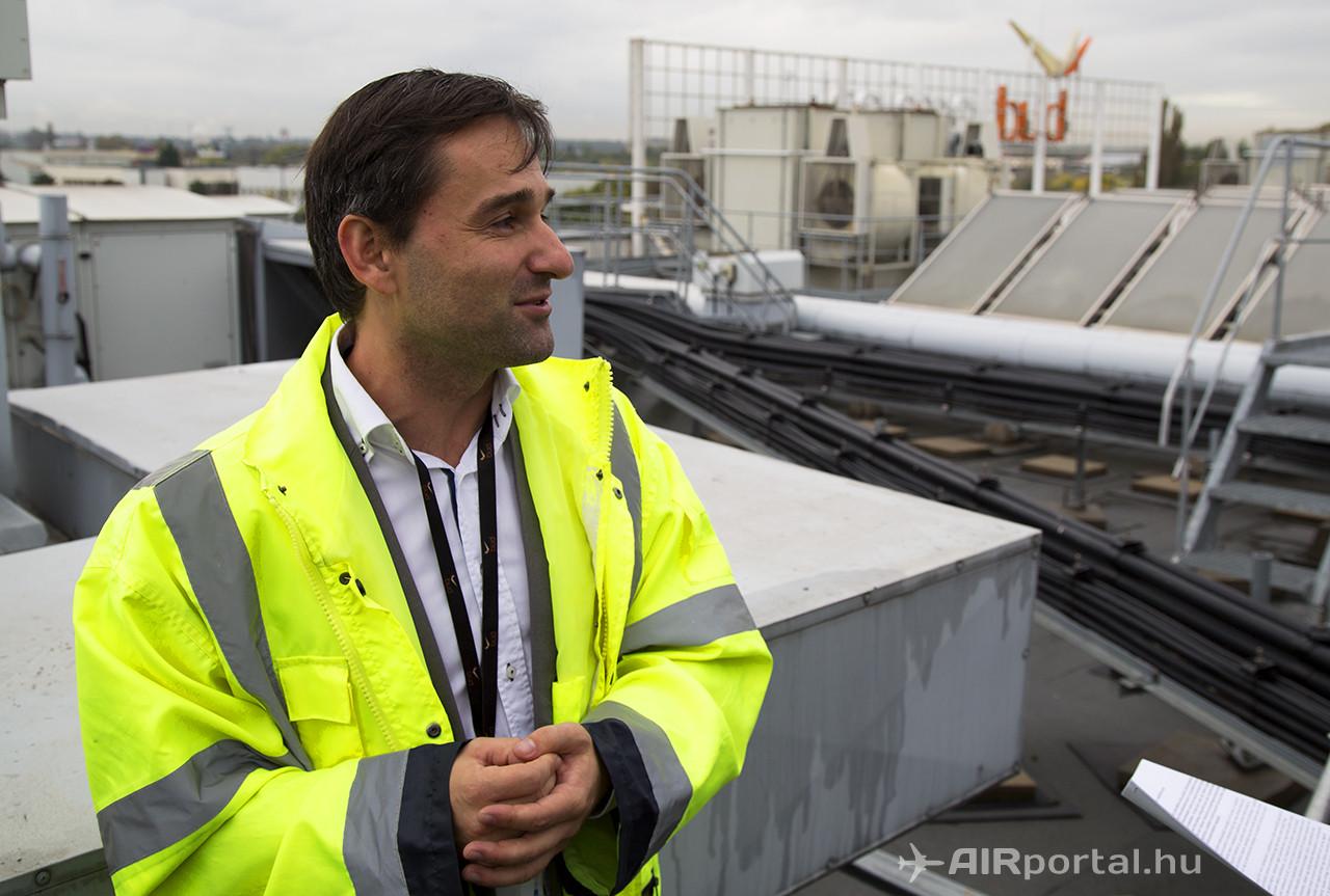 Kis Ferenc, a Budapest Airport környezetvédelmi vezetője az 1-es Terminál tetején bemutatta a cég törekvéseit a zöld-energia felhasználás terén. (Fotó: AIRportal.hu) | © AIRportal.hu