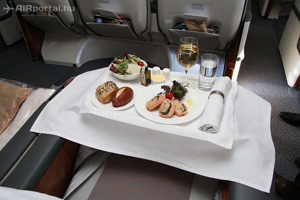 Fehér abrosz, porcelán tányérok, damaszt szalvéta, fém evőeszközök és üveg poharak - a Business osztály étkeztetésének alapvető jellemzői. (Fotó: Csemniczky Kristóf - AIRportal.hu) | © AIRportal.hu