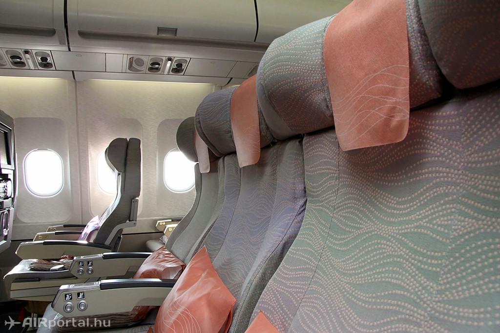 A budapesti járatokon közlekedő A330-200-asokon 251 utasnak van férőhely az Economy osztályon, ahol ilyen ülések találhatók, a háttámlába épített képernyőkkel, amelyek a fedélzeti szórakoztató rendszer programjait közvetítik. (Fotó: Csemniczky Kristóf - AIRportal.hu) | © AIRportal.hu