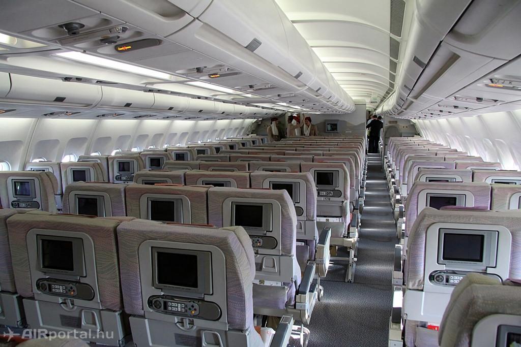 Szélestörzsű utasszállító, vagy másképp kétfolyosós utasgép. Ilyen az Emirates A330-200-asa is, amely ezentúl mindennapos vendég Budapest nemzetközi repülőterén. A Liszt Ferenc repülőtérről Dubajba közvetlenül eddig csak sűrűn székezett, keskenytörzsű Airbus A320-assal lehetett utazni, a Wizz Air menetrendjével. (Fotó: Csemniczky Kristóf - AIRportal.hu) | © AIRportal.hu